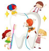 Ragazzi e ragazze che puliscono i denti