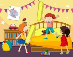 I bambini giocano a combattere i cuscini nella camera da letto