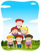 Bambini che giocano a piramide umana nel parco vettore