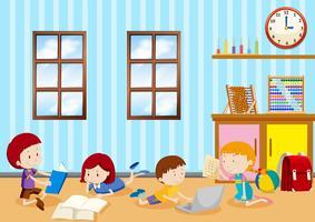Bambini che studiano in classe