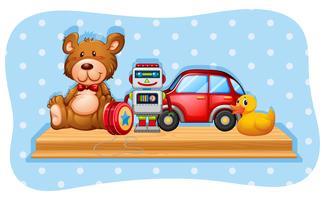 Robot e altri giocattoli sullo scaffale in legno