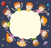 Cornice vuota con i bambini intorno nello spazio vettore
