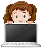Una ragazza e un computer portatile