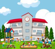Bambini felici che giocano sul parco giochi vettore