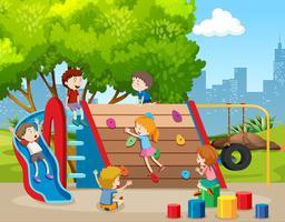 Bambini felici nel parco giochi vettore