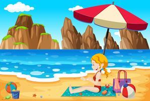 Una bella giovane donna in spiaggia