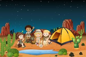 Camping bambini nel deserto di notte vettore
