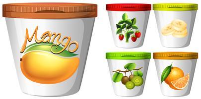 Cinque tazze di yogurt con frutta
