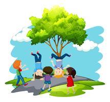 I bambini stanno giocando in natura vettore
