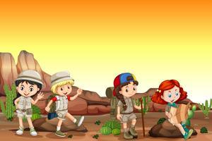 Gruppo di bambini in campeggio nel deserto vettore
