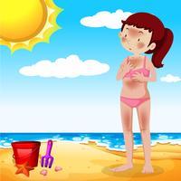 Una ragazza che si abbronza in spiaggia