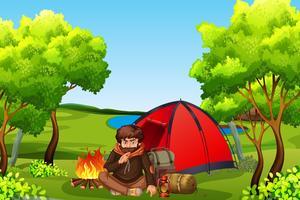 Giovane mancamping nella foresta