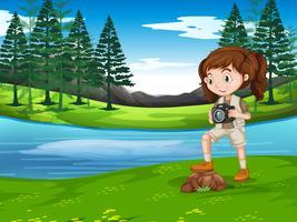 Una ragazza che cattura foto in natura