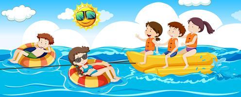Le persone godono e attività in spiaggia