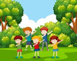 Un gruppo di bambini che ballano al parco vettore