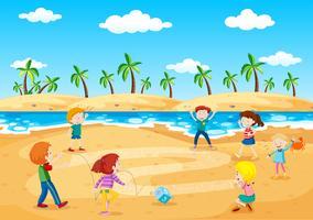 Bambini che giocano accanto alla spiaggia