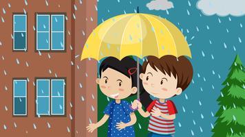 Una coppia che cammina sotto la pioggia