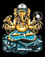 Ganesha Dj seduto su materiale musicale elettronico