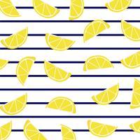 Fettine di limone su strisce marine. vettore