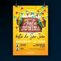 Festa Junina Party Flyer illustrazione con disegno di tipografia sul bordo di legno dell'annata. Bandiere e lanterna di carta sul fondo del cielo blu. Vector Brasile giugno Festival Design