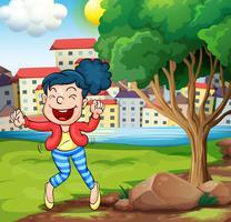 Una donna felice che balla vicino all'albero