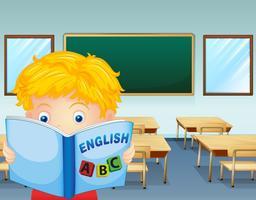 Un bambino che legge dentro l'aula