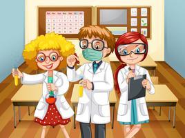 Tre scienziati con becher in classe