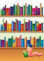 Un lombrico che legge un libro di fronte agli scaffali con i libri