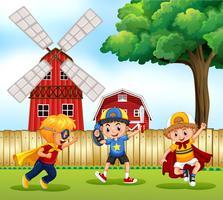 Tre ragazzi che giocano eroi nel parco