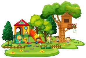 Bambini felici che giocano nel parco giochi vettore