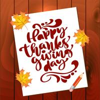 Felice giorno del ringraziamento calligrafia testo sul foglio di carta con foglie autunnali e fondo in legno. Illustrazione vettoriale. Citazione scritta positiva. Spazzola moderna disegnata a mano per t-shirt, cartolina d'auguri