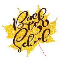 Torna a scuola lettering testo scritto a mano. Etichetta illustrazione vettoriale su sfondo della foglia d'autunno