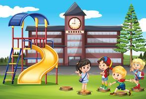 Bambini che giocano al parco giochi della scuola