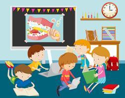 Bambini che lavorano sul computer in aula vettore