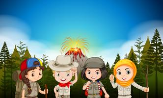 Bambini in abbigliamento da trekking dal vulcano
