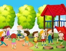 I bambini si divertono nel parco vettore