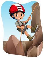 Ragazzo che si arrampica sulla montagna