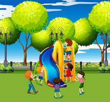 Bambini che giocano su scivolo nel parco vettore