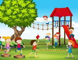 Bambini che giocano e corrono nel parco giochi vettore