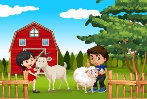 Ragazzo e ragazza con animali da fattoria nella fattoria
