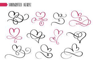 Insieme dei cuori imprecisi di calligrafia disegnati a mano