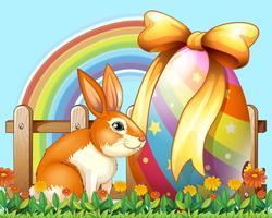 Coniglio di Pasqua con l'uovo nel cortile