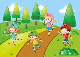 Bambini che indossano elmetti durante il pattinaggio