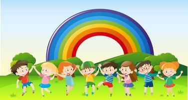 Bambini felici che giocano nel parco vettore