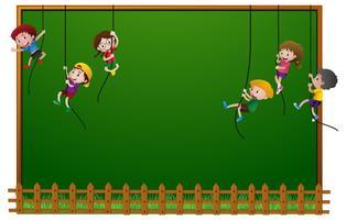 Modello di bordo con bambini che appendono su corde