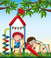 Due bambini che giocano a scivolo nel parco vettore