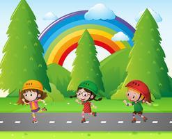 Tre bambini che pattinano nel parco