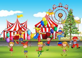 I bambini si divertono al parco divertimenti vettore