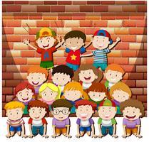 Bambini che giocano insieme a piramide umana vettore