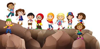Bambini provenienti da diversi paesi sulla scogliera vettore